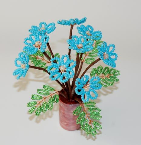 Голубые маргаритки из бисера